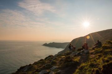 Von Dublin ans Meer: junge leute auf hügel bei howth
