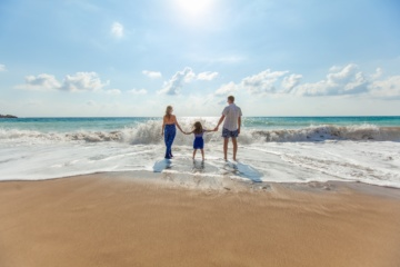 Herbstferien: Familie am Strand