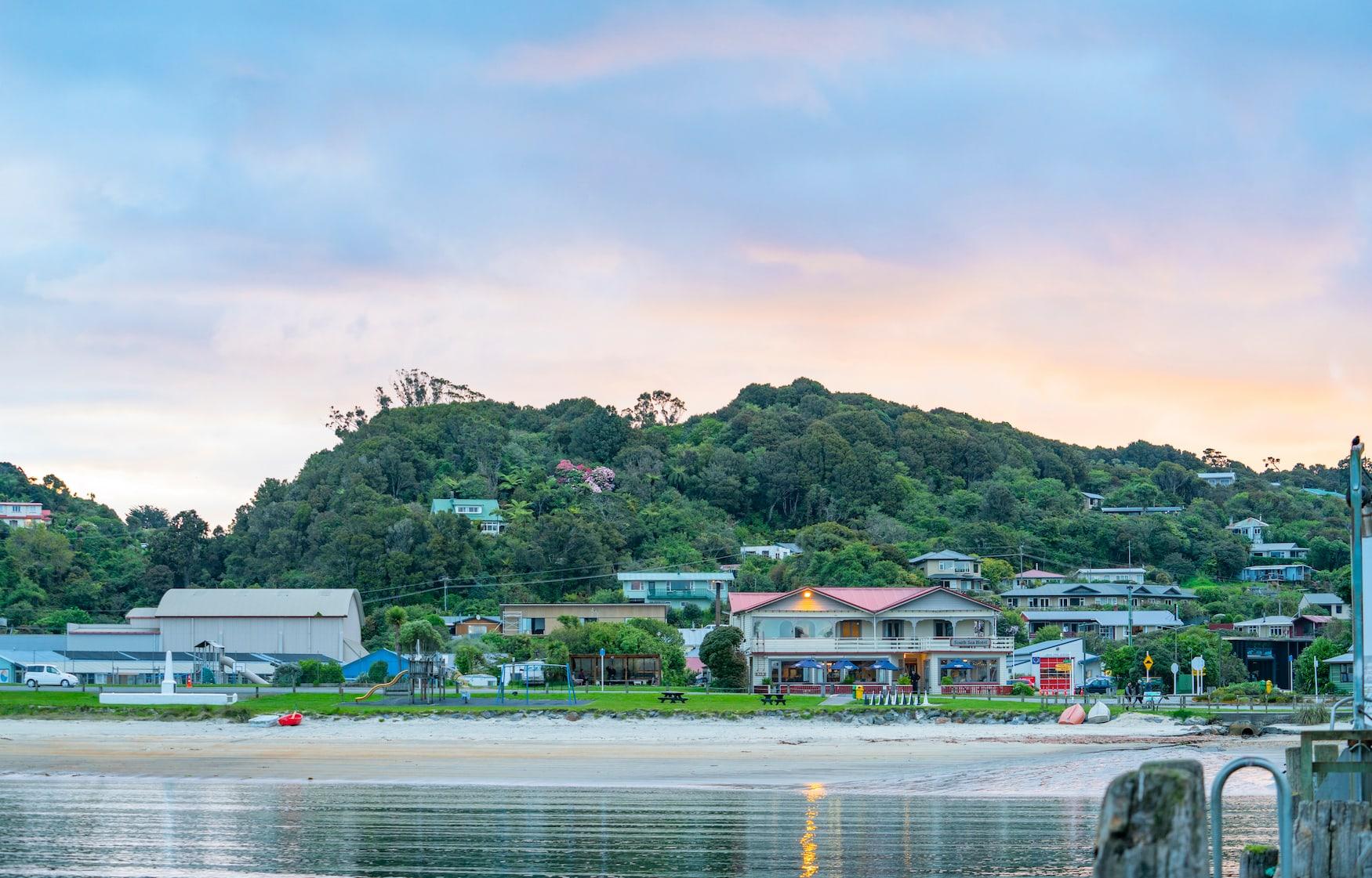 Hafen in Oban, auf Stewart Island an der Küste von Neuseeland