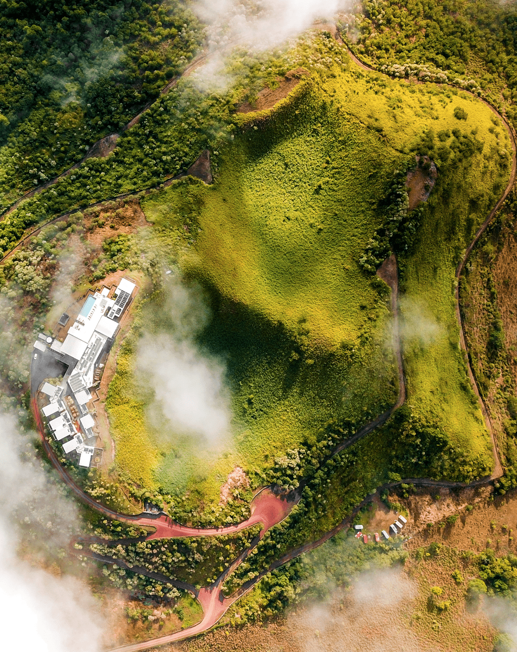 Drohnenaufnahme eines Eco-Resorts auf den Galapagos-Inseln