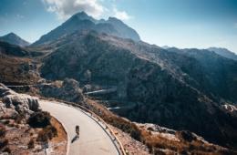 Einsamer Fahrradfahrer auf der berühmten Sa Calobra Straße auf Mallorca, Spanien
