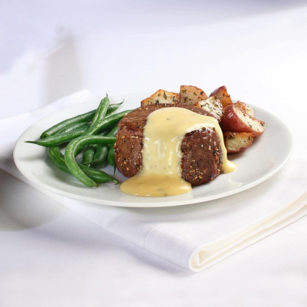 Rinderfilet mit Sauce Bernaise, Kartoffelecken und grünen Bohnen
