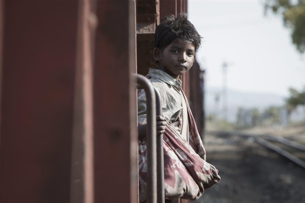 In Lion geht der fünfjährige Saroo in einem Zug in Kalkutta verloren.