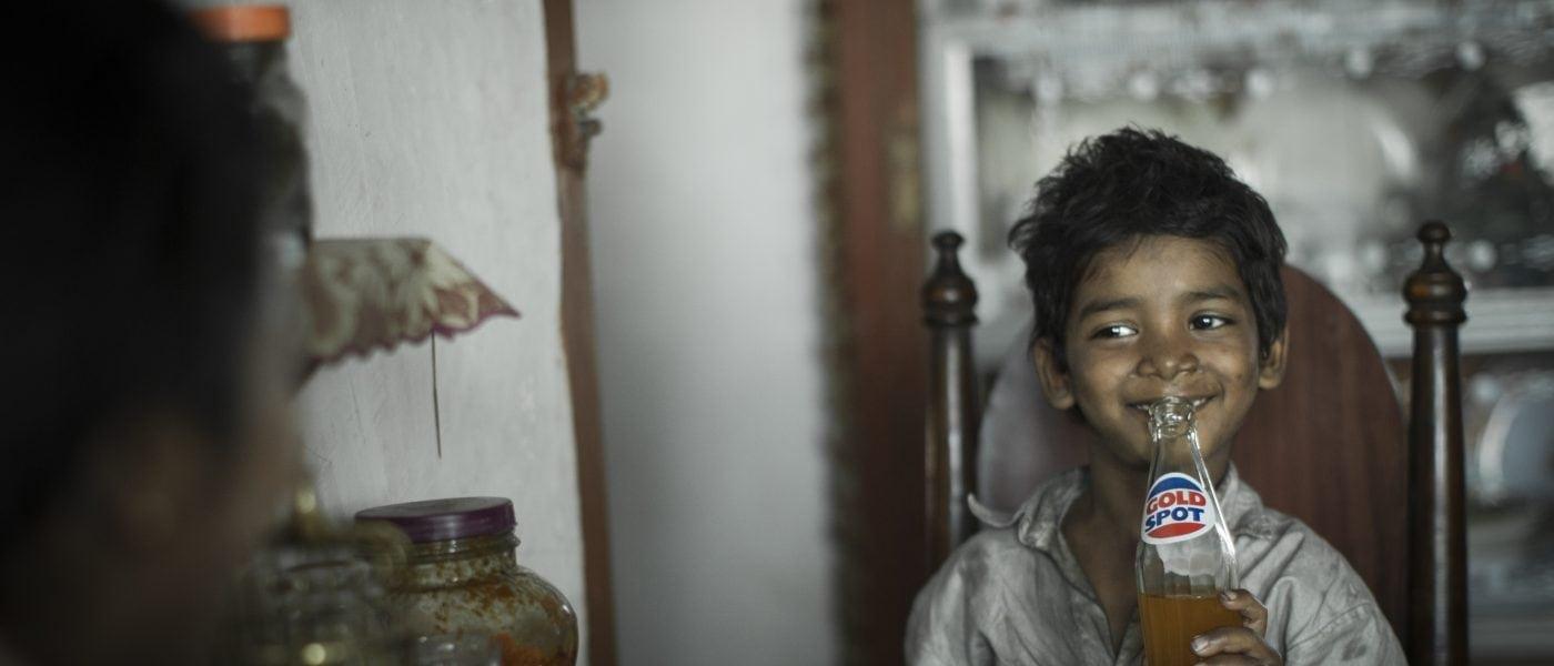 Im Film Lion geht der kleine Saroo in Kalkutta verloren und findet nicht mehr zu seiner Familie zurück.
