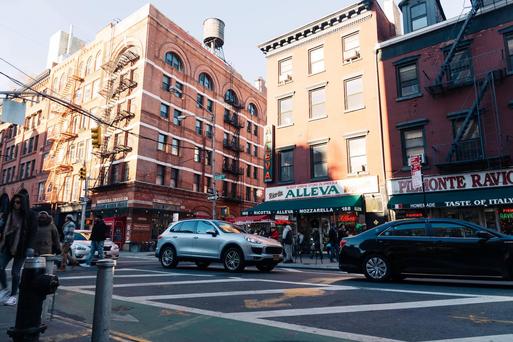 Probiert euch durch Little Italy in New York City
