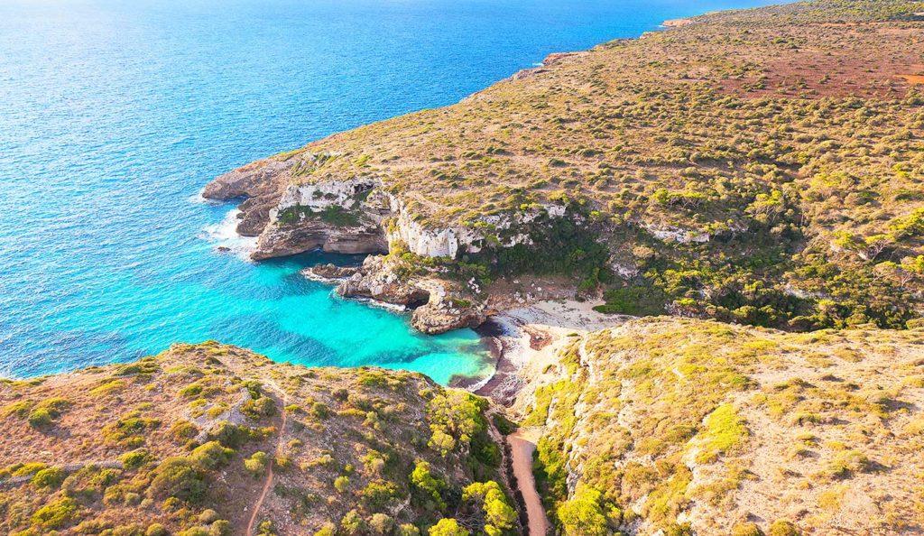 Wandern auf Mallorca: Blick auf die Cala Marmols