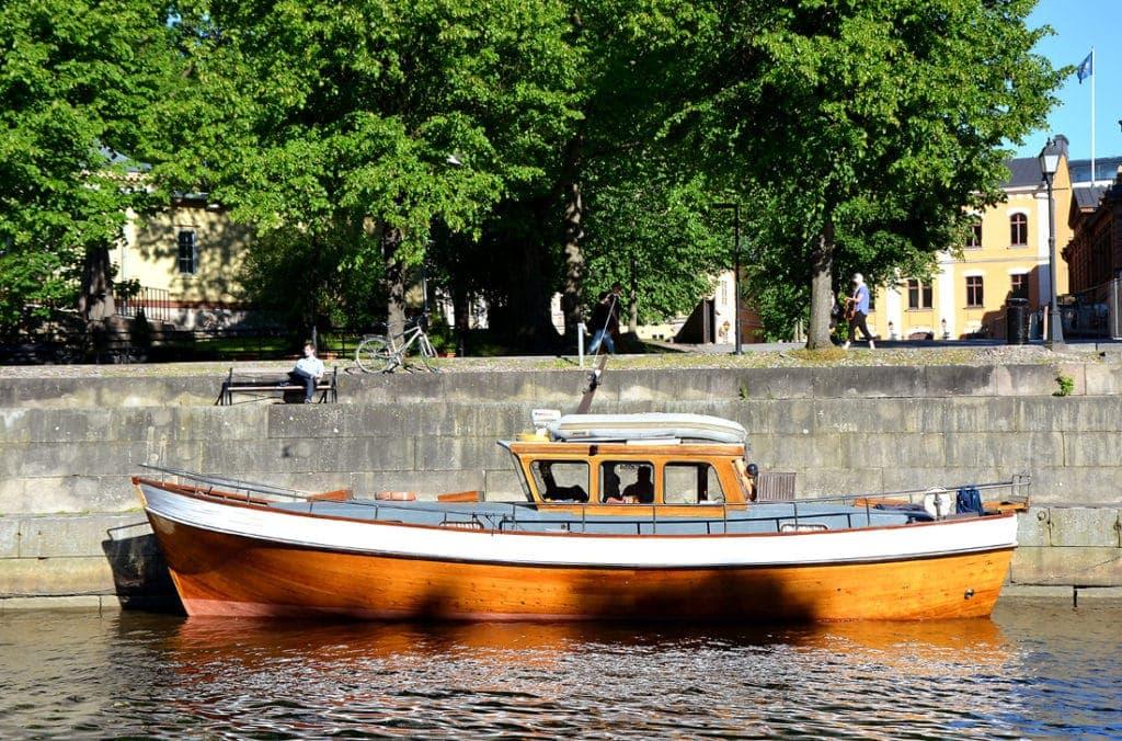 Boot auf dem Fluss Aurajoki in Turku (Finnland)