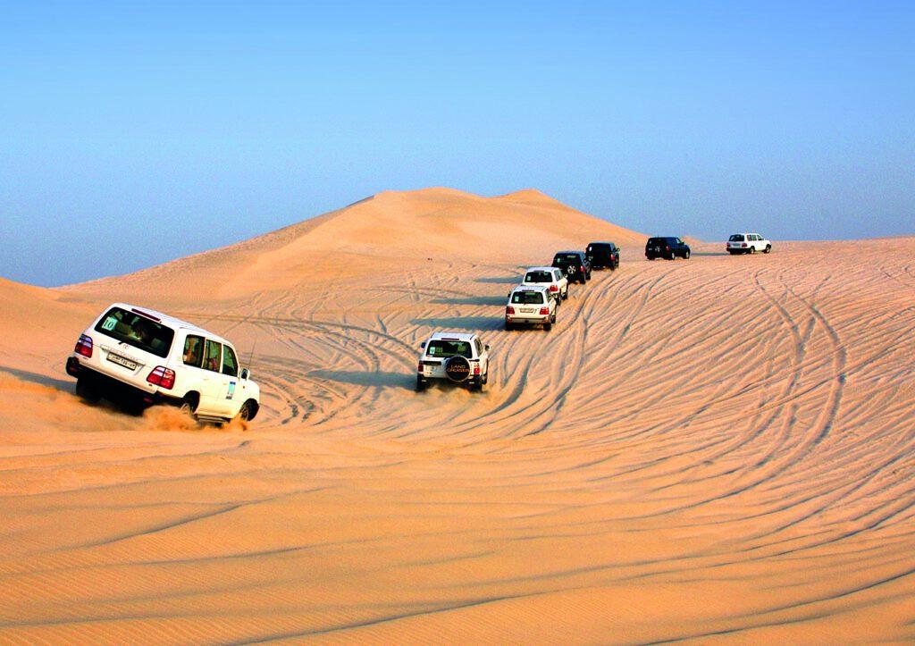 Fahrzeuge unterwegs in den Dünen in Katar