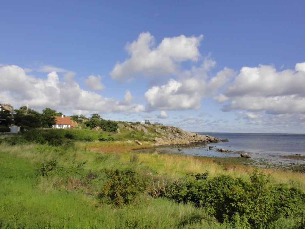 Landschaft auf Bornholm mit Häusern im Hintergrund