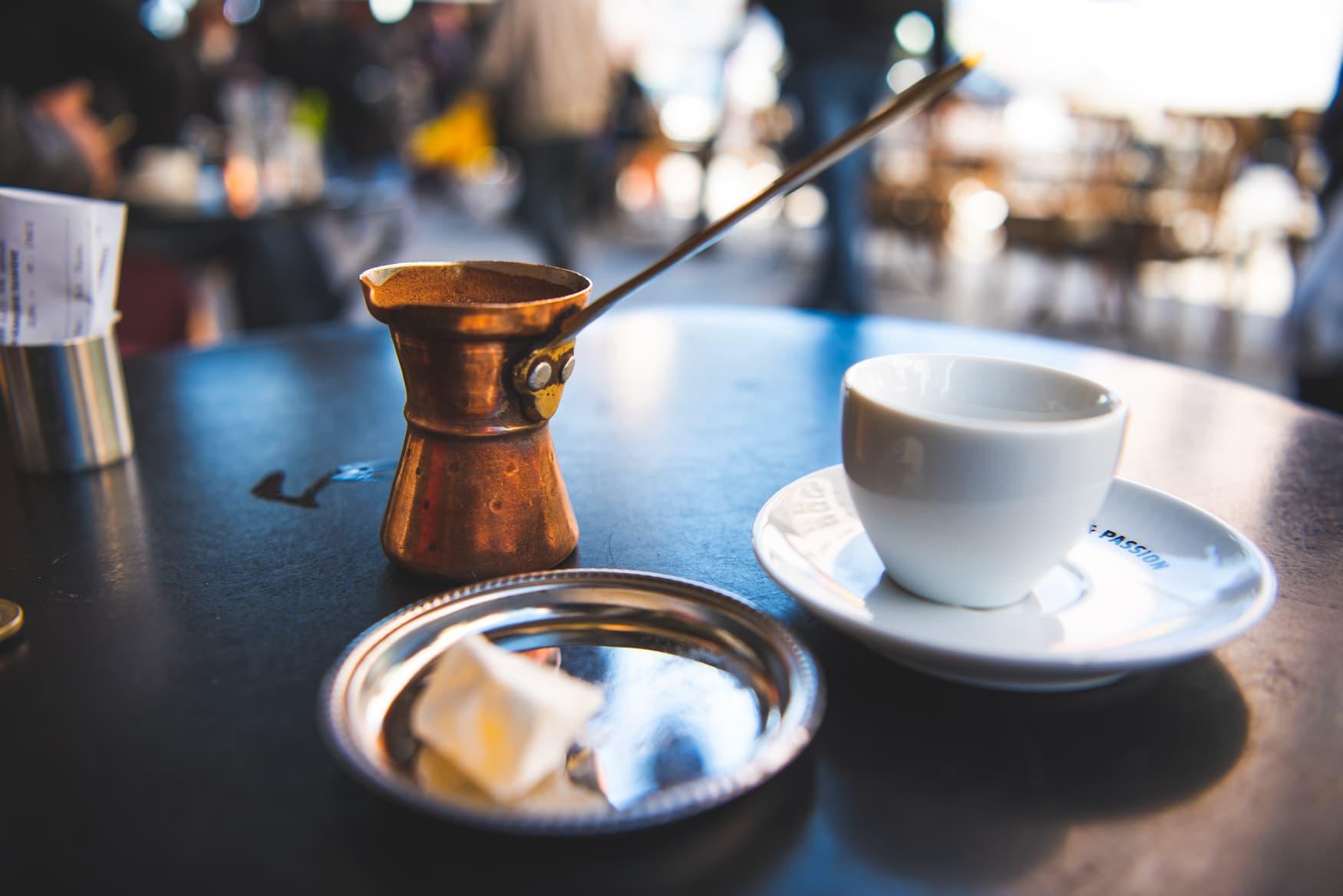 Griechischer Kaffee serviert in einem Kaffee in Chalkidiki