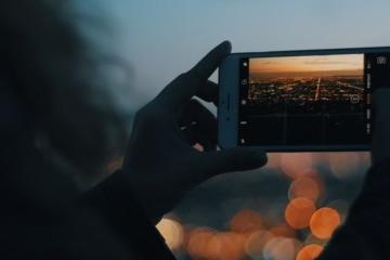 Frau macht Foto von Nachtszene