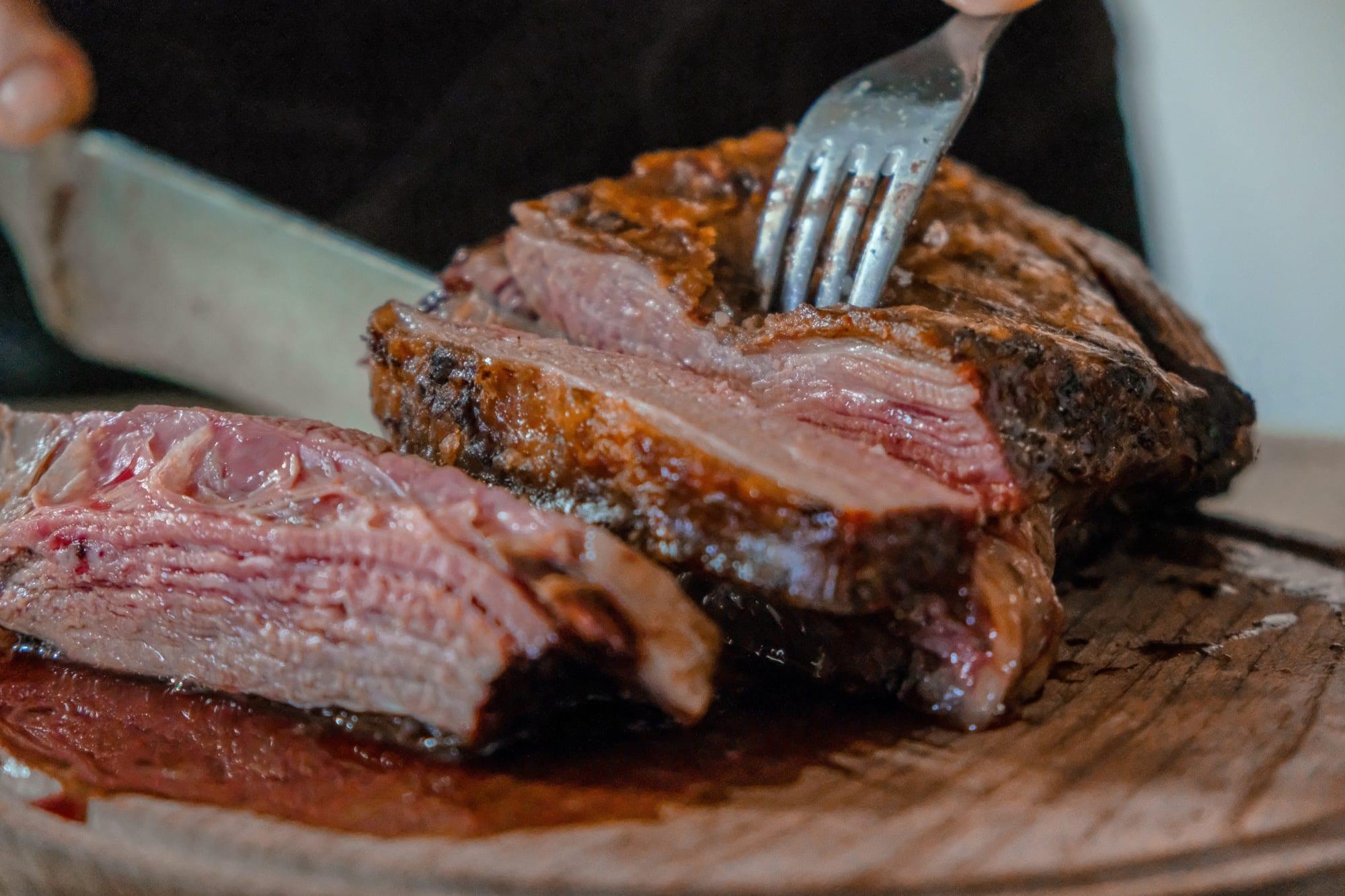 Steak wird in Stücke geschnitten