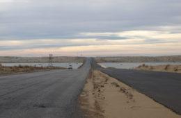 Unbeliebte Reiseziele: menschenleere Straße in Turkmenistan