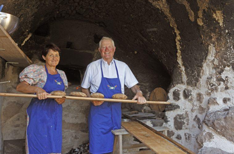 Ehepaar Premstaller auf ihrem Hof beim Backen des Südtiroler Brots