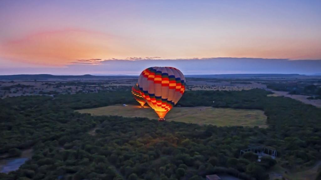 Zwei Ballons in Kenia