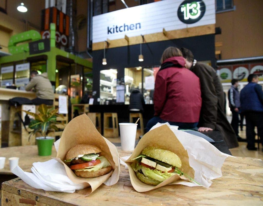 Zwei vegane Hamburger liegen auf Tisch