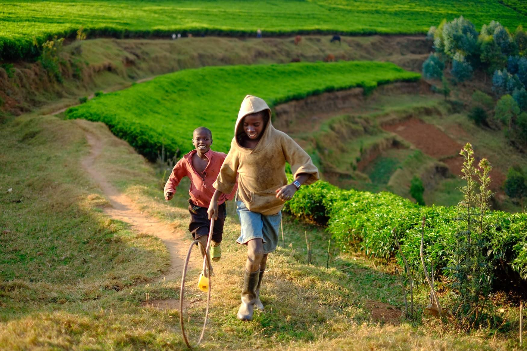 Zwei Jungs spielen auf Land in Ruanda
