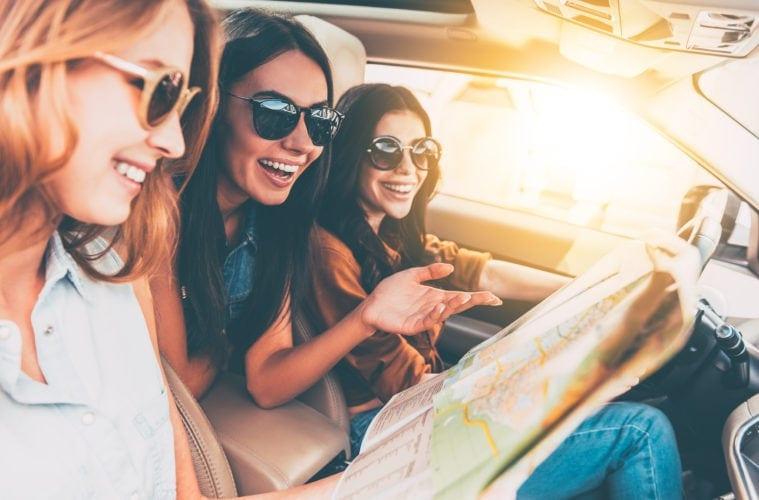 Drei junge Frauen in einem Mietwagen unterwegs