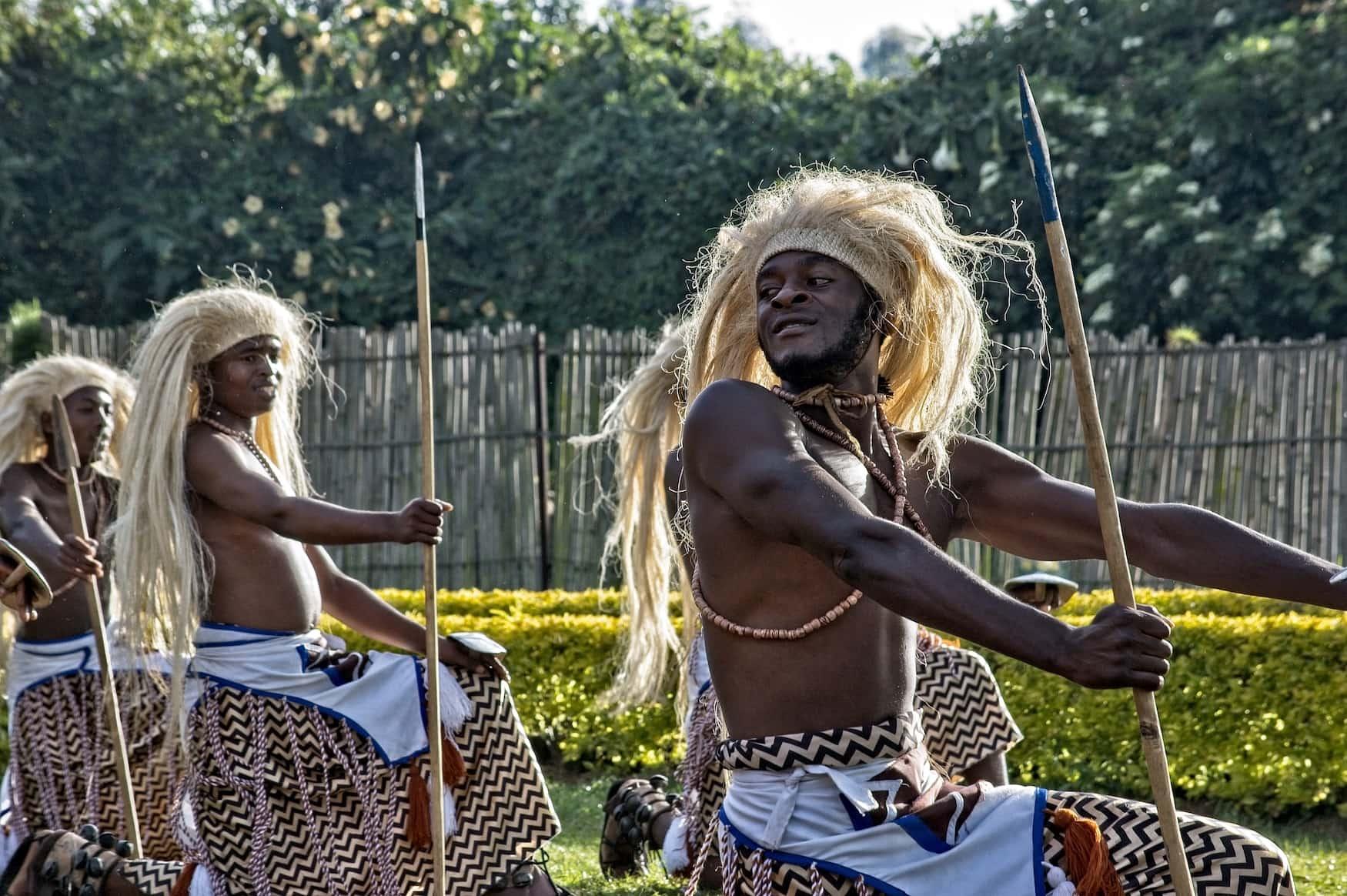 Männer führen Tanz für touristen auf in Nationalpark in Ruanda