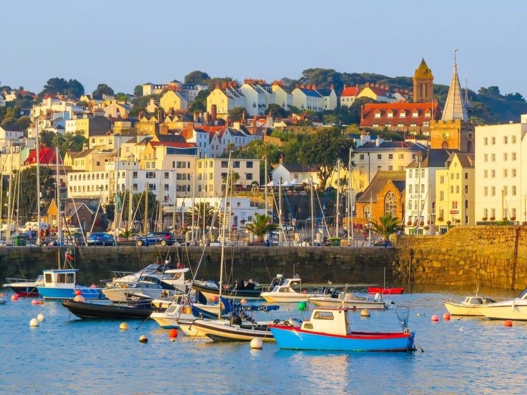 St. Peter Port auf Guernsey macht Lust auf Meer.