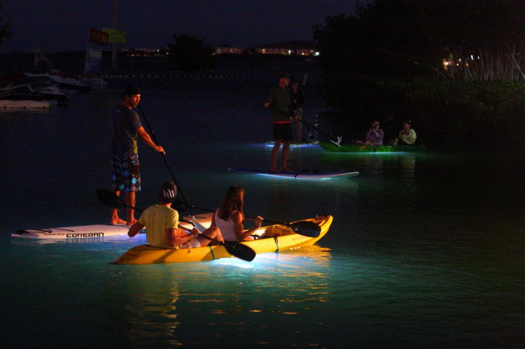 Florida Keys nachts: Stand-Up Paddleboards und Kajaks erhellen das Wasser