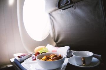 Flugzeugessen wird serviert