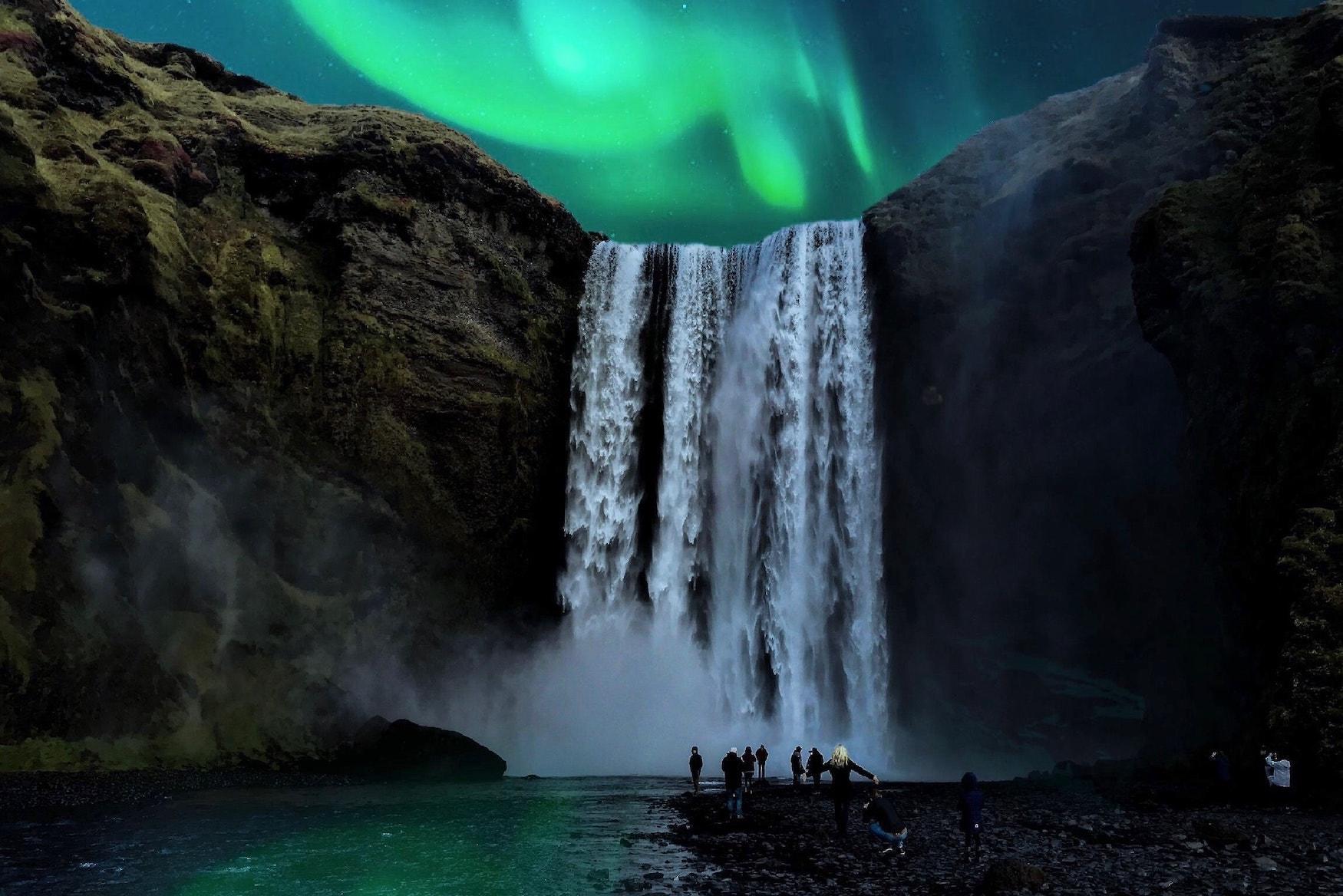 Grüne Polarlichter über tosendem Wasserfall bei Nacht