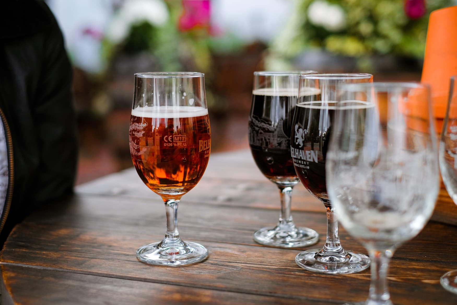 Andere Länder, andere Sitten: Große Biergläser in Pub in England