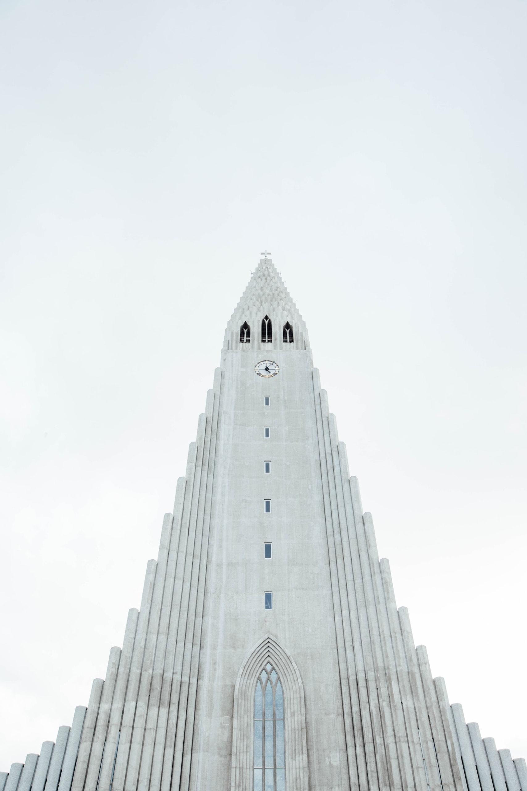 Der Turm der Kirche in Reykjavik ragt in den Himmel und ist eine der größten Sehenswürdigkeiten der Hauptstadt