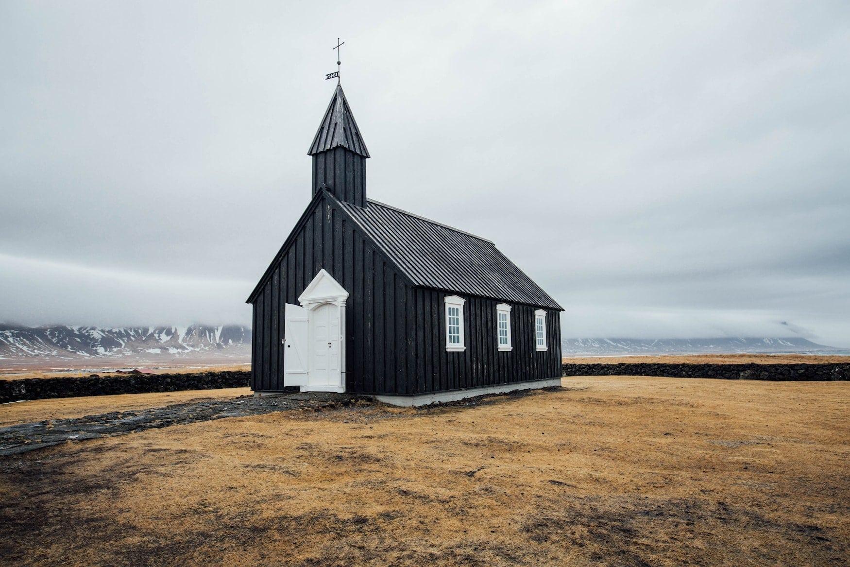 Schwarze Kirche aus Holz steht in einsamer isländischer Natur