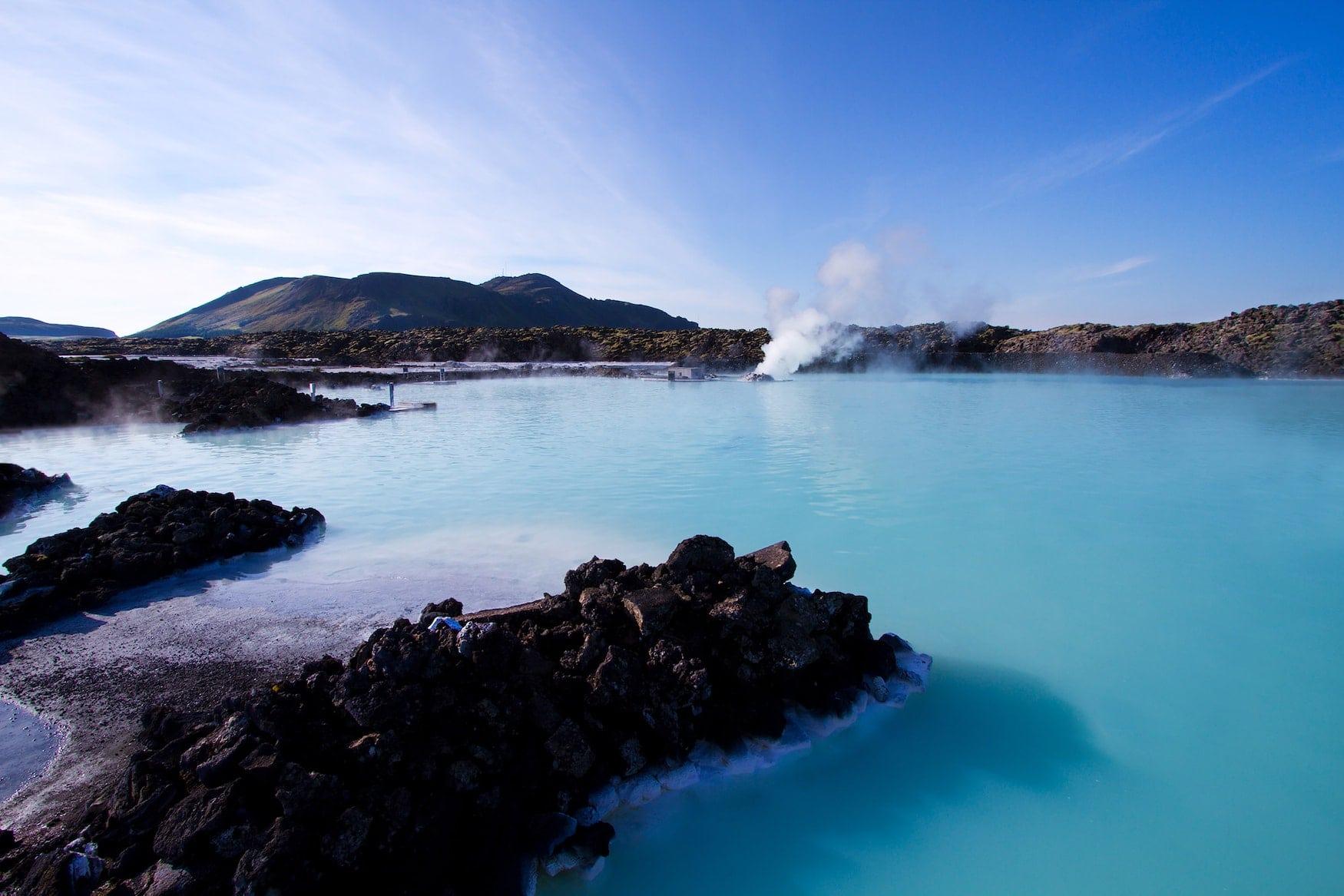 Türkisfarbenes Wasser der Blauen Lagune in Island