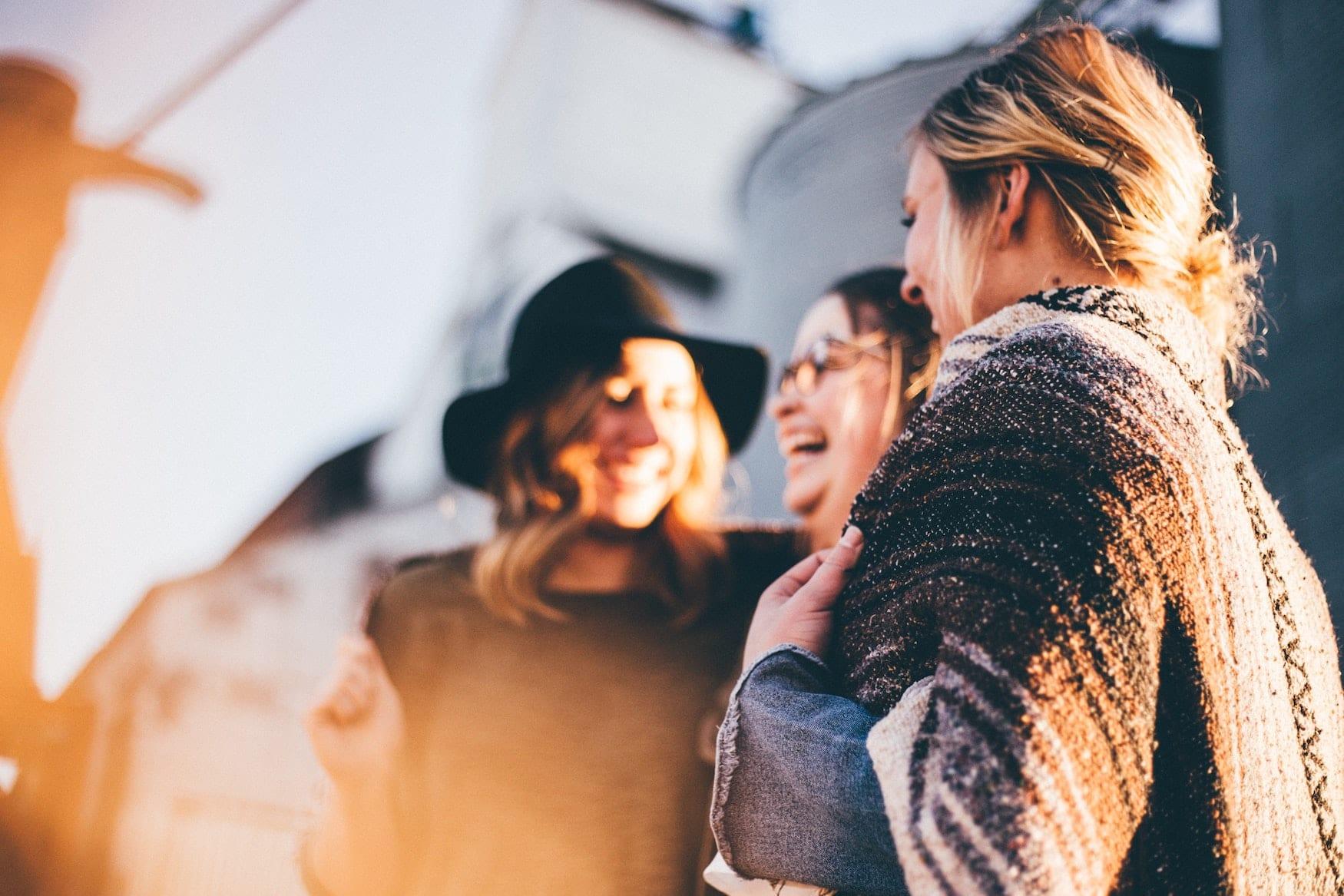 Drei Frauen halten Smalltalk und lachen