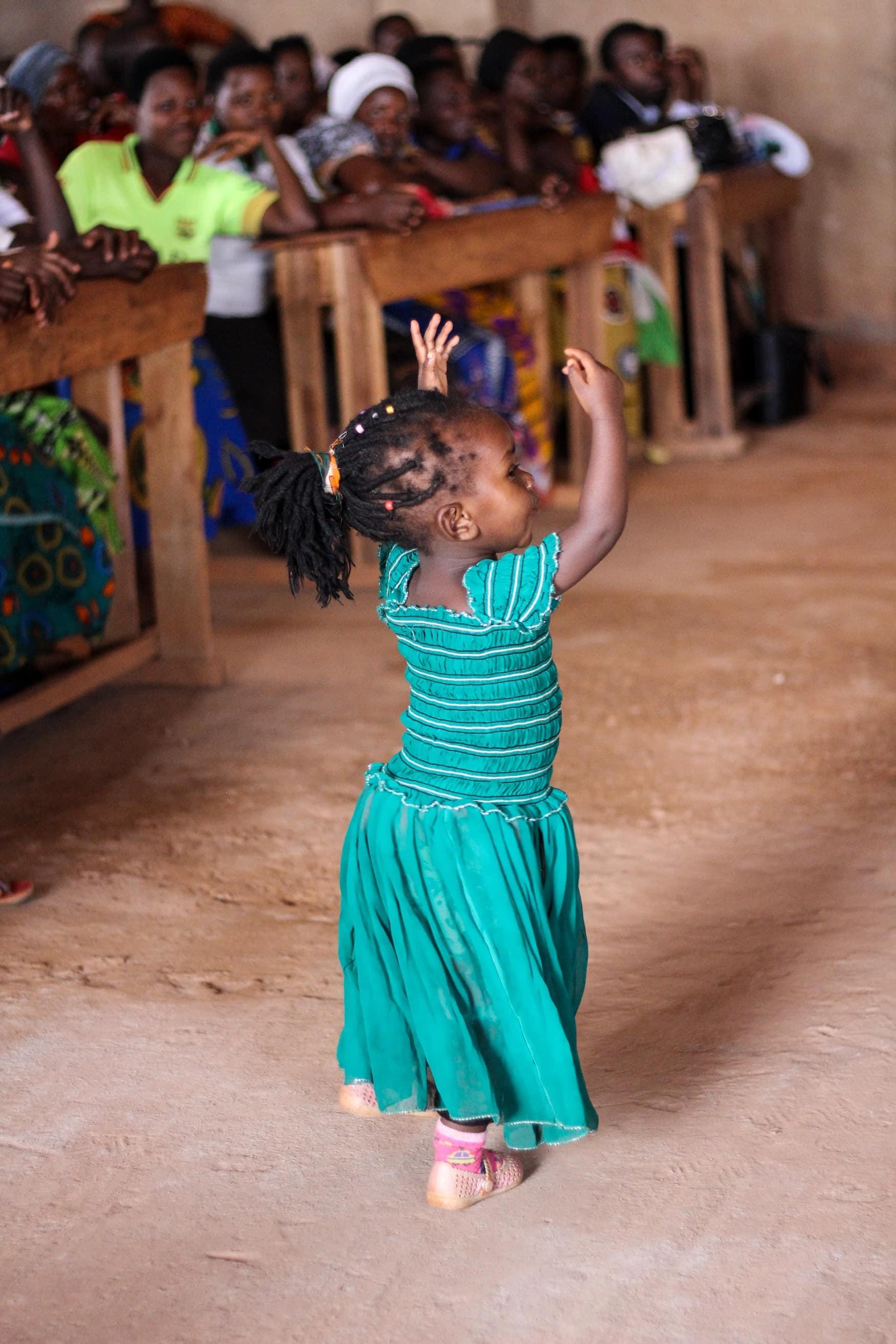 Kleines Mädchen tanzt