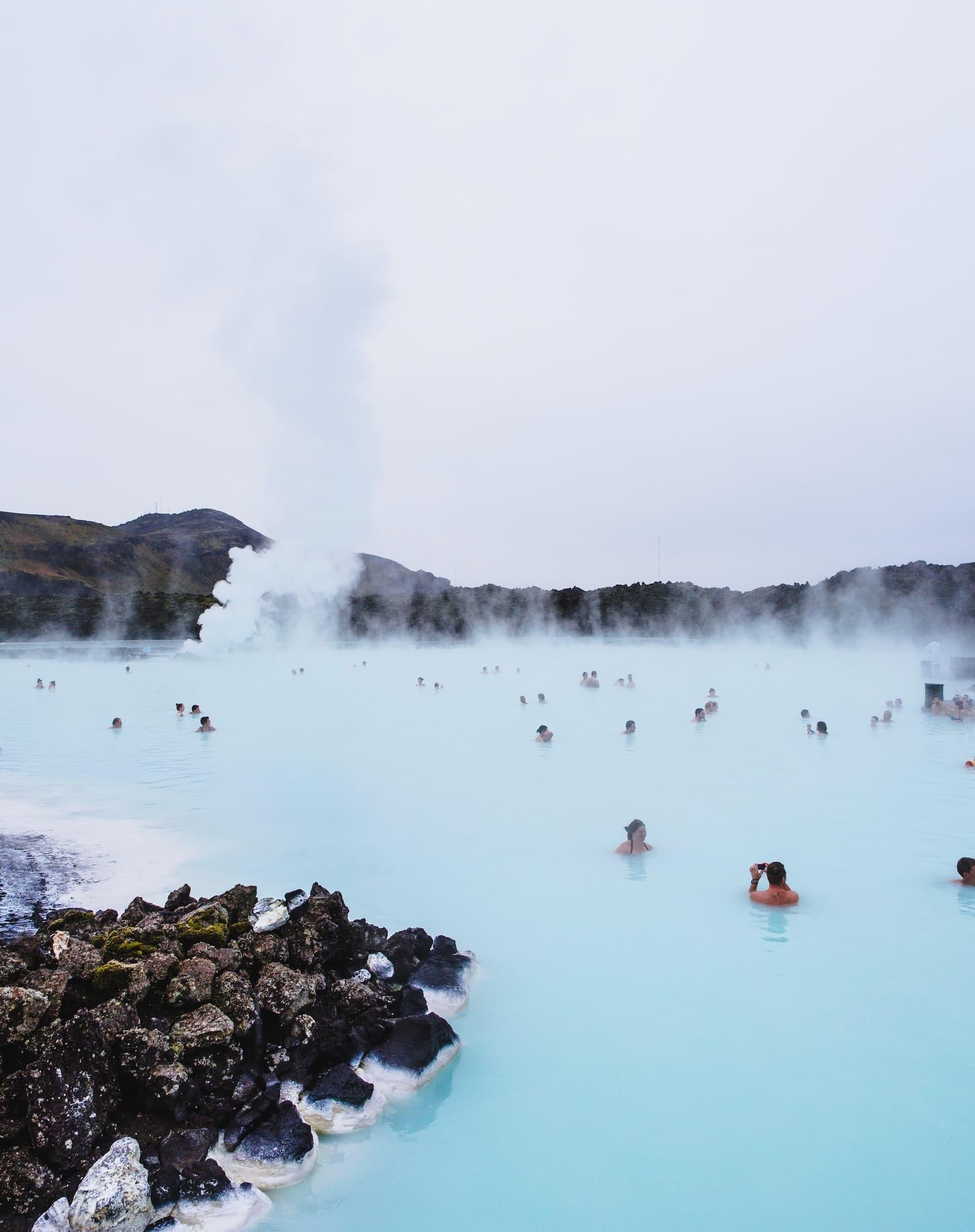Menschen schwimmen in Blauer Lagune auf der Halbinsel Reykjanes in Island