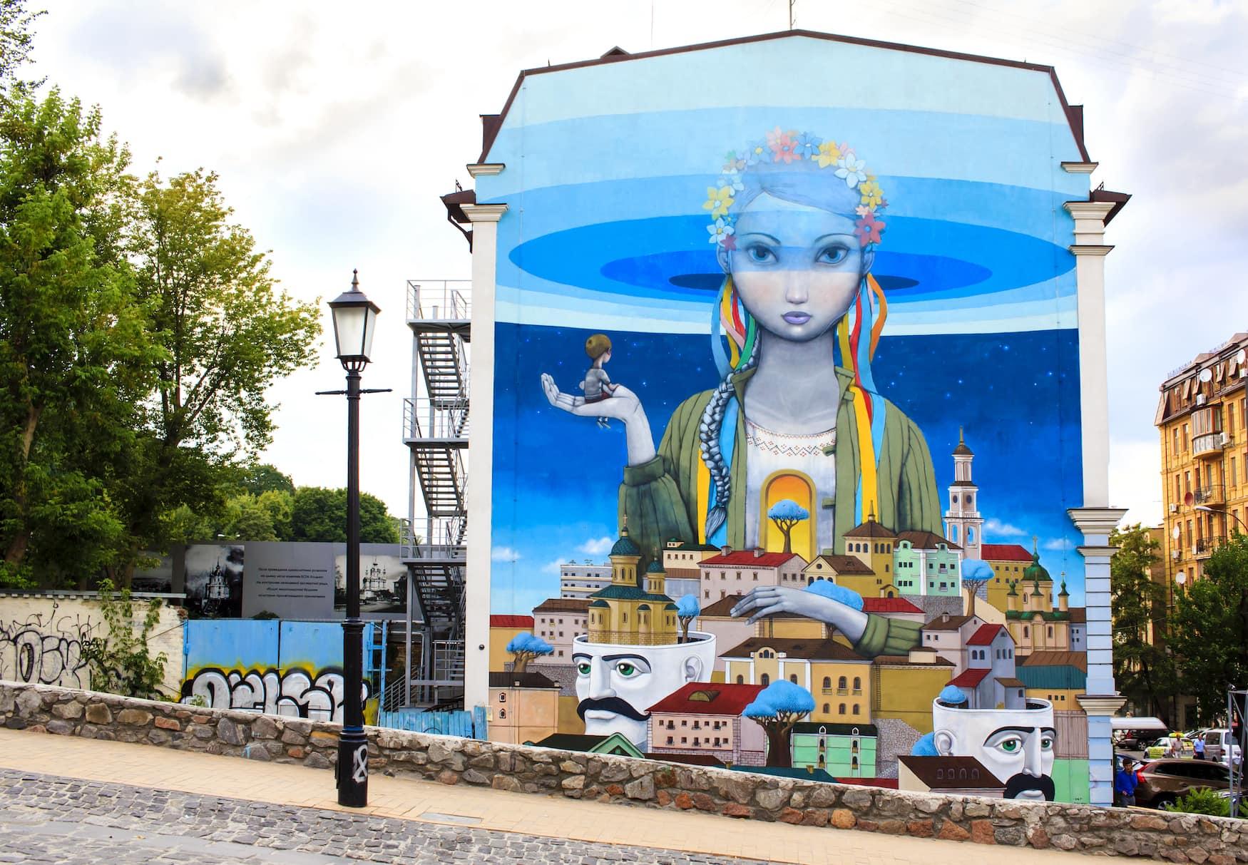 """Schöne Graffiti-Malerei mit dem Titel """"Wiederbelebung"""" an Andriyivskyy Abstieg, so genannte Montmartre von Kiew."""