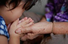 Andere Länder andere Sitten: Kind begrüßt Oma in Thailand