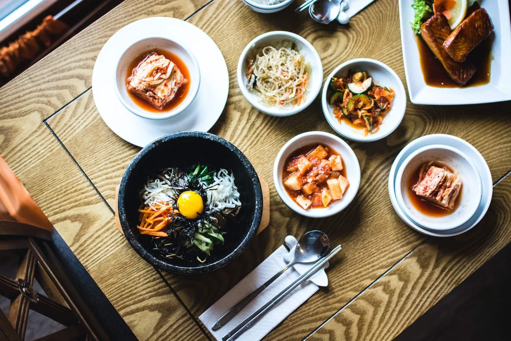 Koreanische Speisen in kleinen Schüsseln