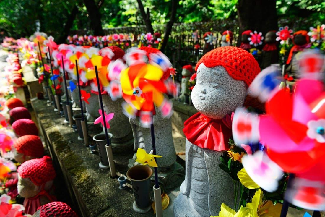 Jizo-Buddha-Statuen zum Gedenken an verstorbene Kinder,