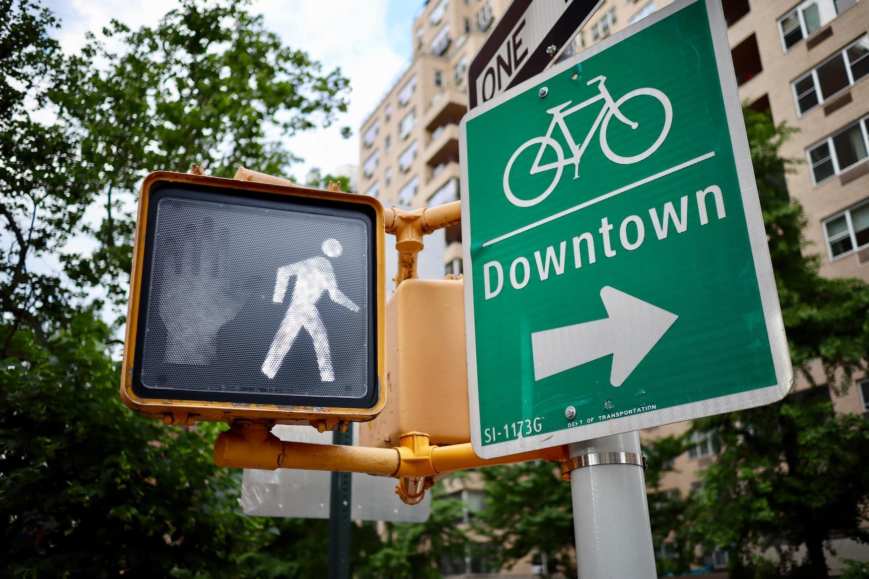Verkehrsschild mit der Aufschrift Downtown weist auf das Stadtzentrum in NYC hin