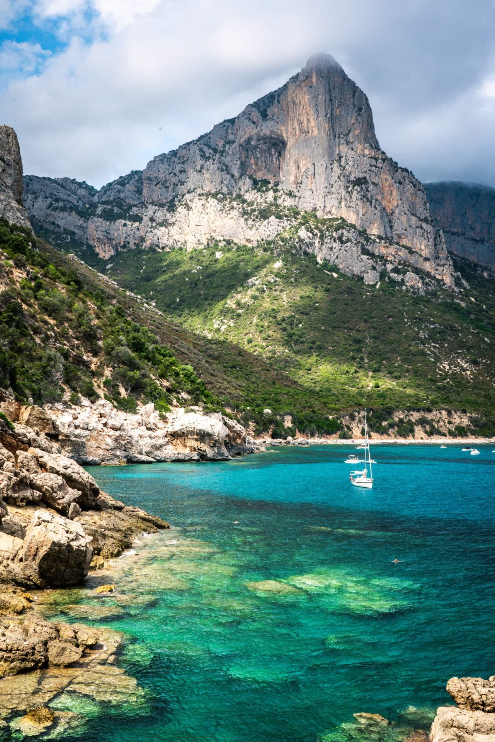 Segelboot vor der Küste von Sardinien