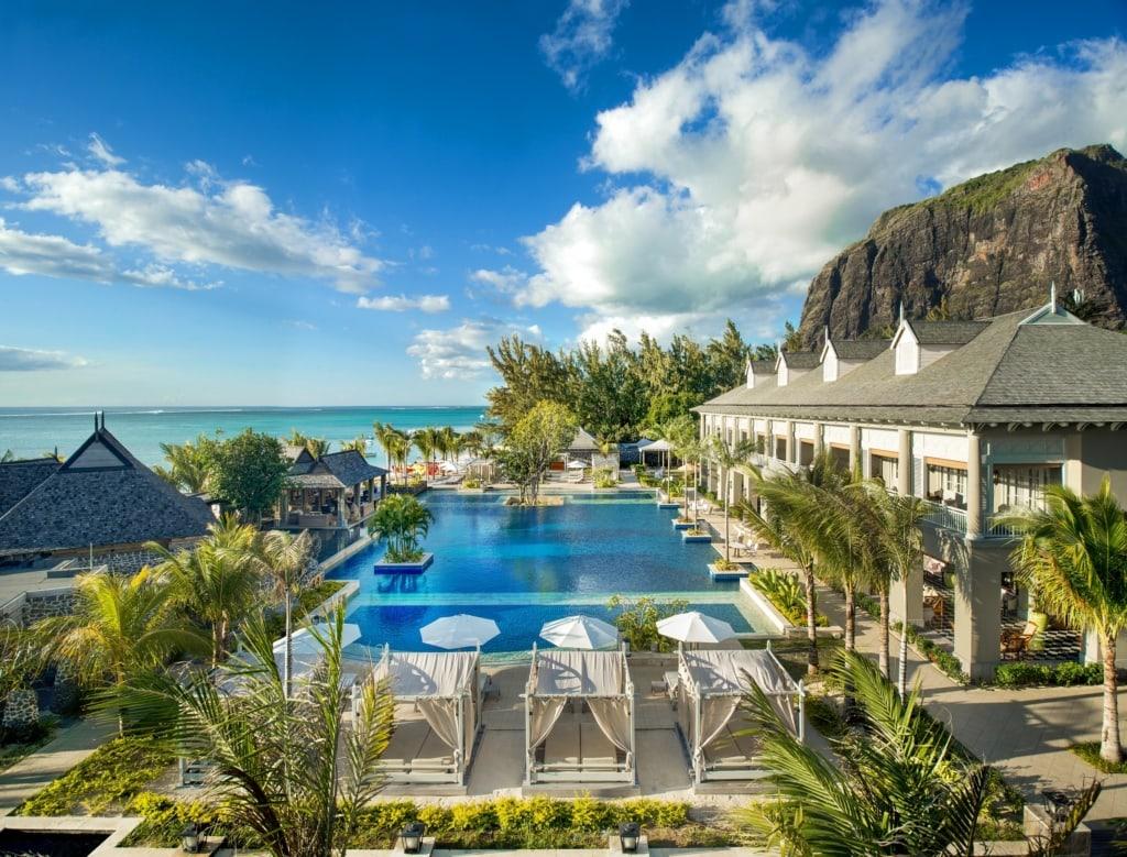 Das St. Regis Mauritius liegt eindrucksvoll direkt unterhalb des Le Mourne, dem Wahrzeichen von Mauritius.