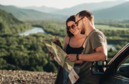 Pärchen mit Landkarte während einem Wochenendausflug in Deutschland