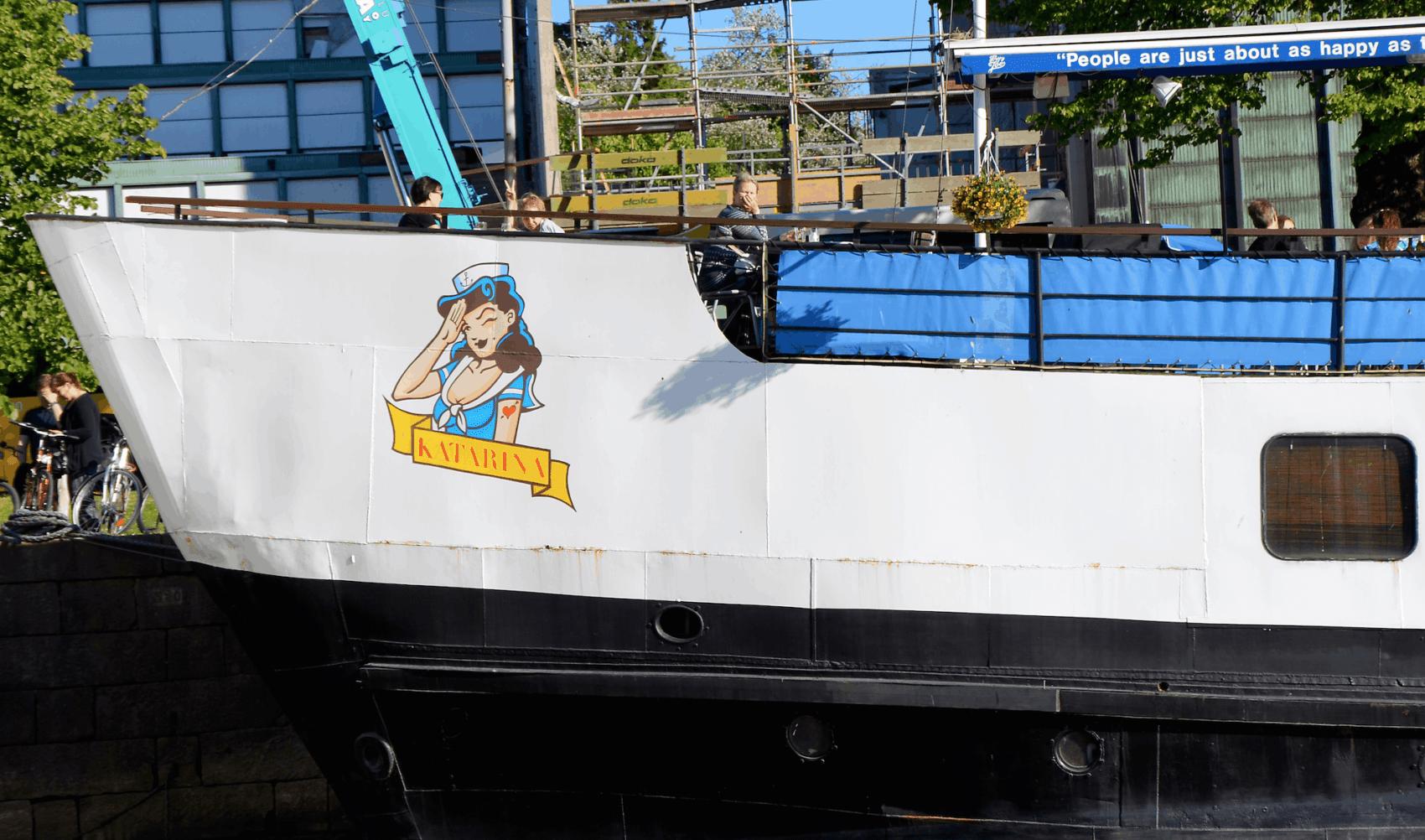 Graffiti am Bug eines Schiffs in Finnland