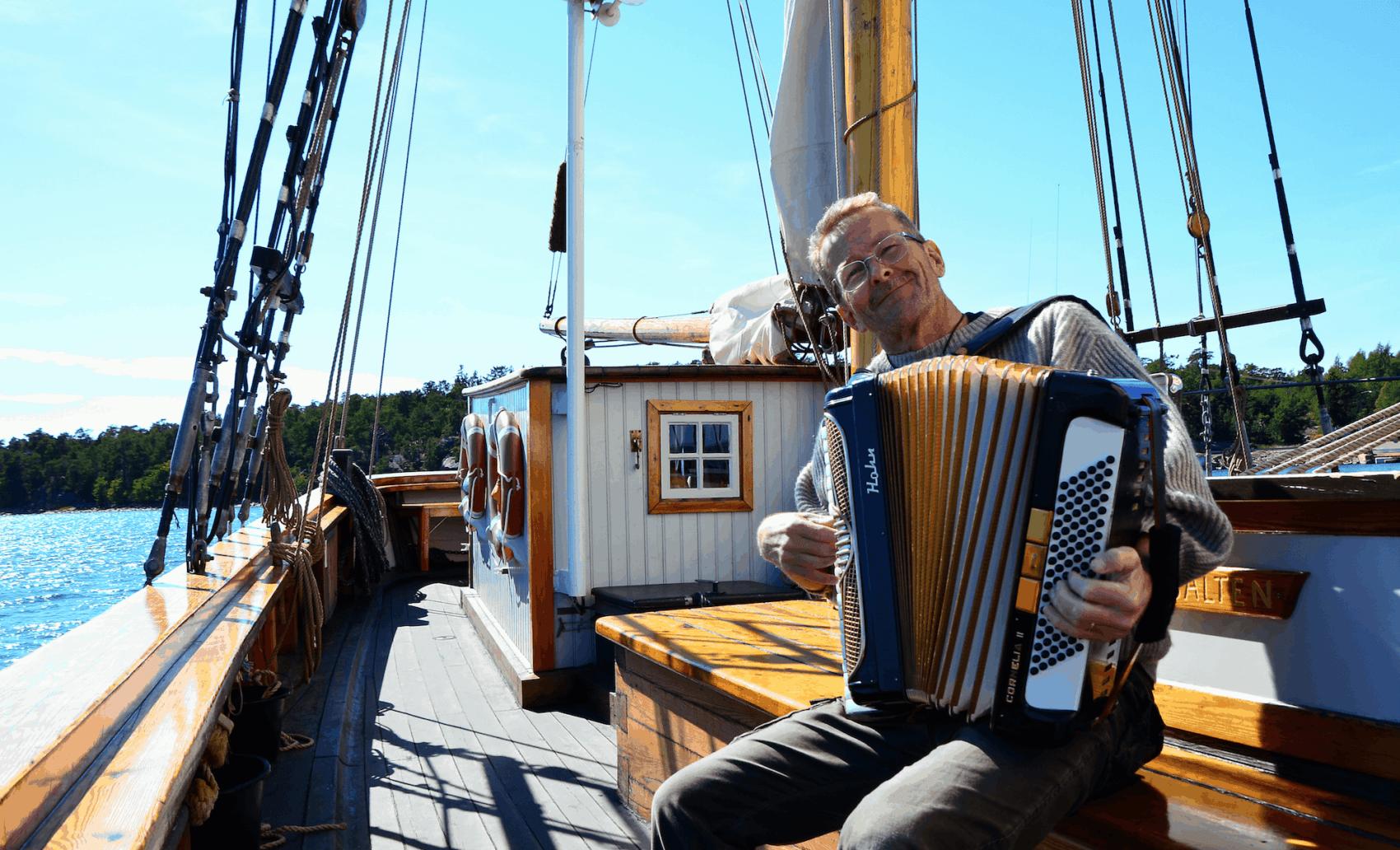 Musiker auf einem Boot in Finnland
