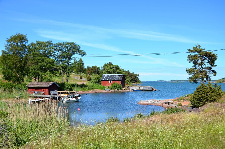 Kleine Häuser am Ufer in Finnland