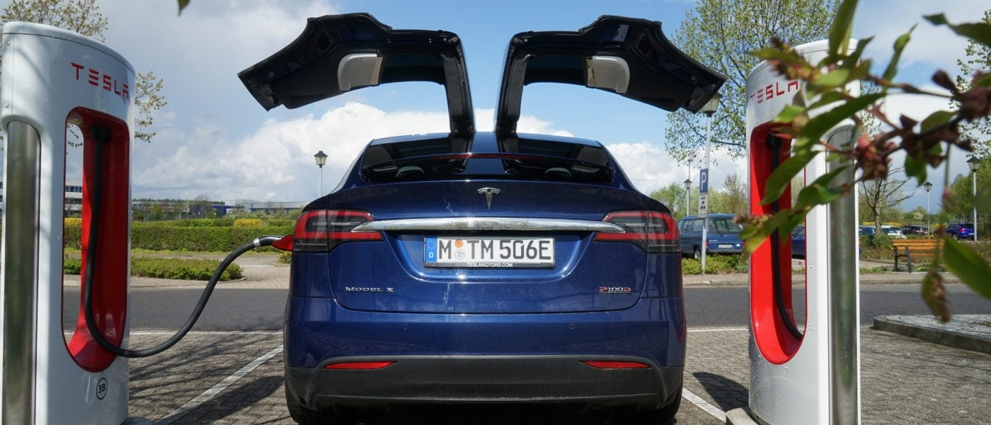 Speed-Orgie und Smalltalk: Warum Teslas Flügeltürer Model X so viel Wind macht. Multimedialer Fahrbericht