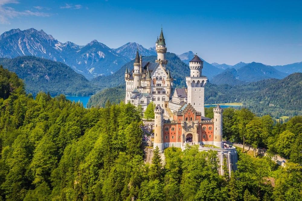 Das Schloss Neuschwanstein in den Alpen ist immer einen Besuch wert.
