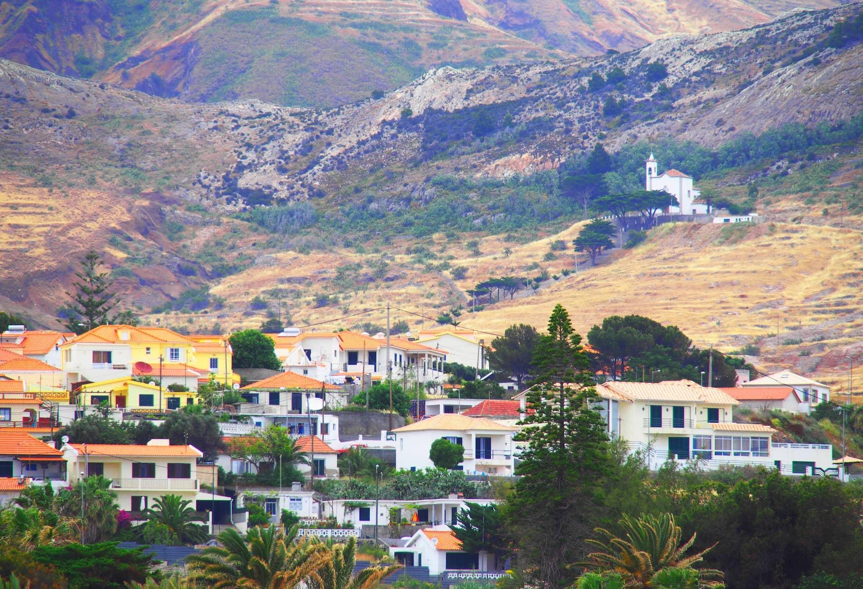 Blick auf die Häuser von Porto Santo mit Bergen