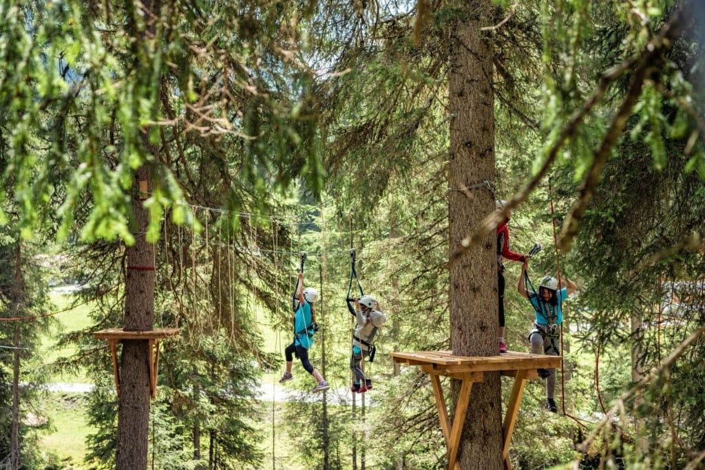 Kinder klettern im Hochseilgarten