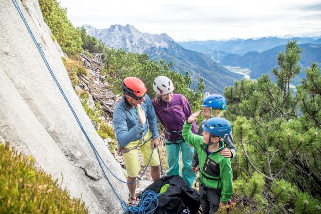 Kinder klettern am Berg in Saalfelden